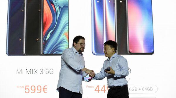 Президент Qualcomm Incorporated Криштиану Амон и вице-президент китайской электронной компании Xiaomi Corporation Ван Сяну во время запуска новых смартфонов Mi9 и Mi MIX 3 5G на Mobile World Congress. 24 февраля 2019