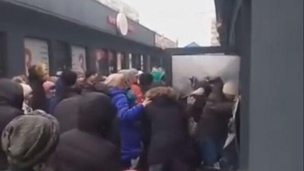 Жители Днепра устроили штурм секонд-хенда