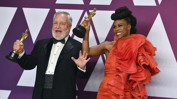 Джей Харт и Ханна Бичлер, получившие награду за Лучшую работу художника-постановщика, на церемонии вручения наград премии Оскар-2019