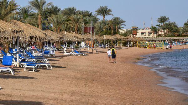 Отдыхающие на пляже в Шарм-эш-Шейхе