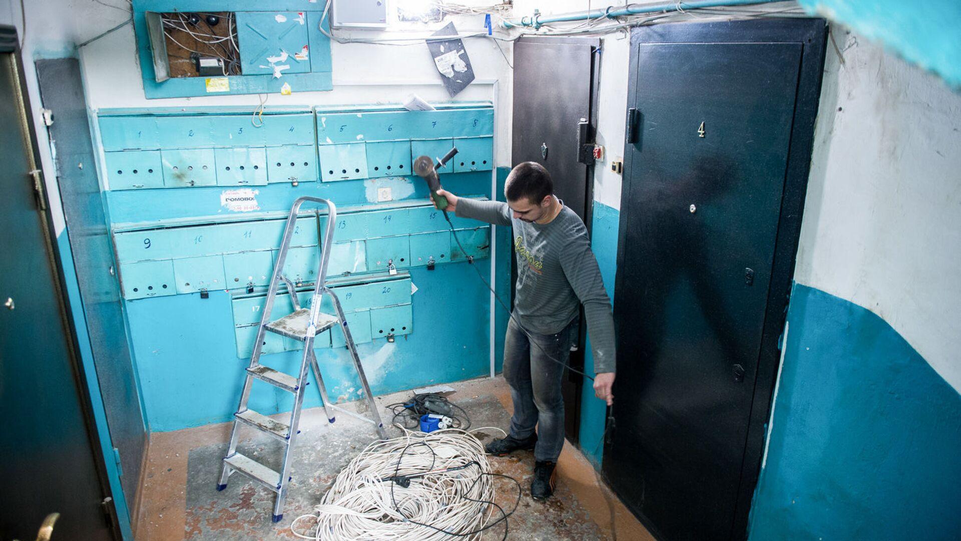 Рабочие меняют электропроводку в подъезде жилого дома - РИА Новости, 1920, 21.01.2021