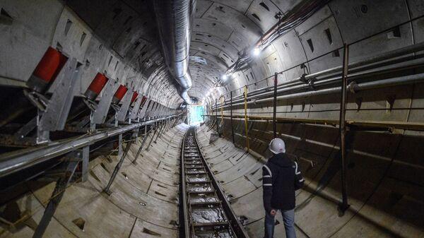 Рабочий на строительстве станции Аминьевское шоссе