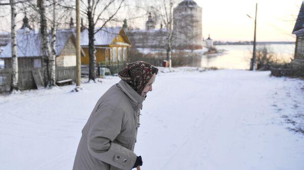 Женщина идет по одной из улиц города Кириллов Вологодской области