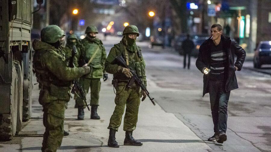 Военные на улице в Симферополе