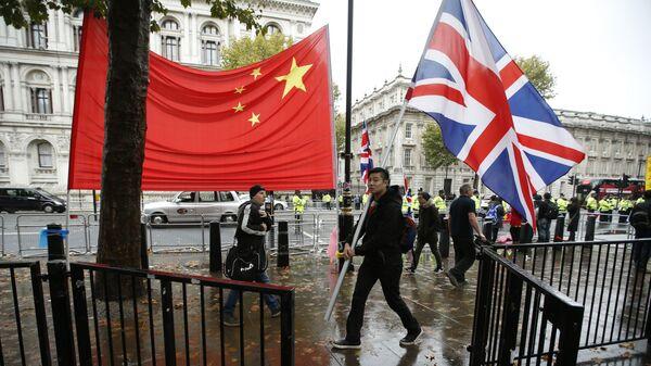 Флаги Великобритании и Китая возле Даунинг-стрит в Лондоне, где прошла встреча президента Китая Си Цзиньпина и премьер-министра Великобритании Дэвида Кэмерона. 21 октября 2015 года