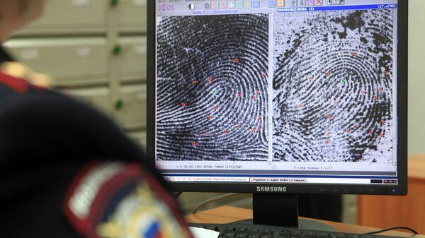 Сотрудник проводит дактилоскопическую экспертизу в экспертно-криминалистическом центре