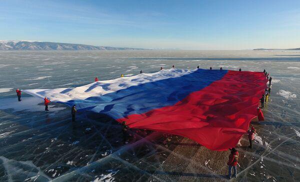 Самый большой флаг России развернули на льду Байкала