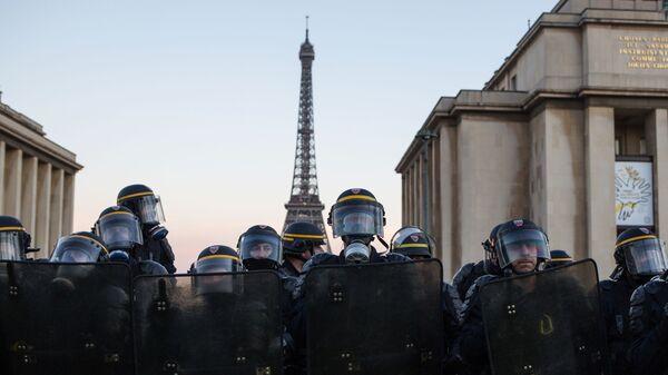 Сотрудники полиции во время акции протеста в Париже