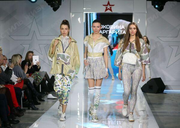 Модели демонстрируют одежду из коллекции На спорте? В шеренгу вставайте! модельера Маргариты Коковиной