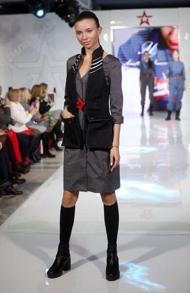 Модель демонстрирует одежду из коллекции На высоте модельера Анастасии Кауровой