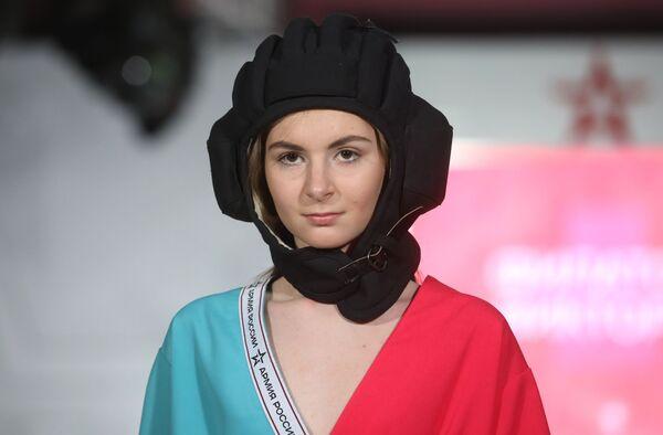 Модель демонстрирует одежду из коллекции На поле танки грохотали модельера Виктории Филатовой