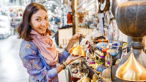Девушка на Гранд базаре в Стамбуле