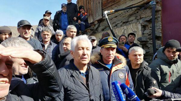 Глава правительства Дагестана на месте пожара в Цумадинском районе. 2 марта 2019