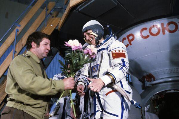 Член экипажа космического корабля Союз Т-12, летчик-космонавт СССР, дважды Герой Советского Союза Светлана Савицкая после успешного завершения подготовки к полету в Звездном городке