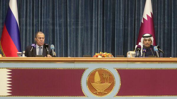 Министр иностранных дел РФ Сергей Лавров и министр иностранных дел Катара Мухаммед Бен Абдель Рахман Бен Джасем Аль Тани на пресс-конференции по итогам встречи в Дохе