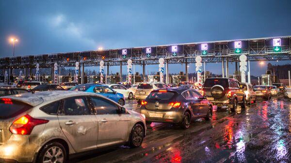 Автомобили на пункте оплаты проезда на участке автомобильной дороги М-11 Москва - Санкт-Петербург