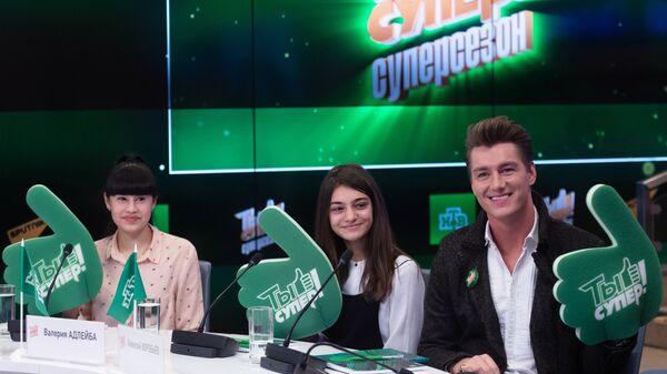 Победительницы шоу Ты супер! Диана Анкудинова, Валерия Адлейба и певец Алексей Воробьев (слева направо)