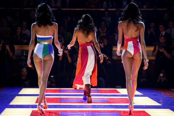 Модели на показе Tommy Hilfiger на Неделе моды в Париже