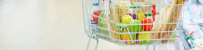 Тележка с продуктами в супермаркете