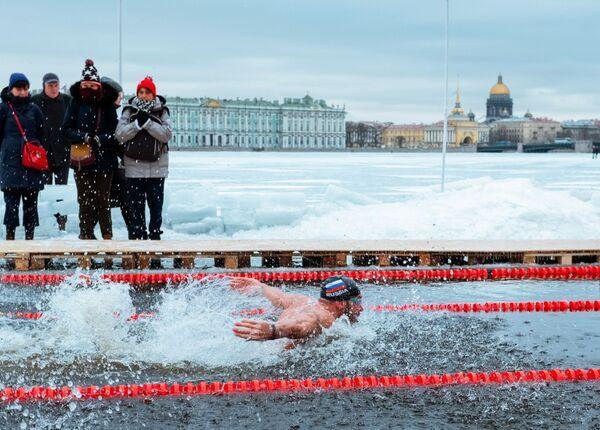 Участник соревнований Кубка Большой Невы по зимнему плаванию в Санкт-Петербурге
