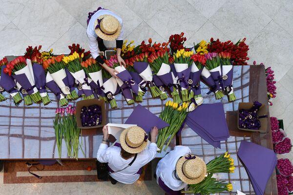 Продажа тюльпанов на Весеннем цветочном базаре в Петровском Пассаже в Москве