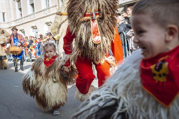 Дети, переодетые Курентами, на карнавале в Птуе, Словения
