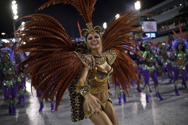 Участница  школы самбо Grande Rio выступает на самбодроме в рамках карнавала в Рио-де-Жанеро