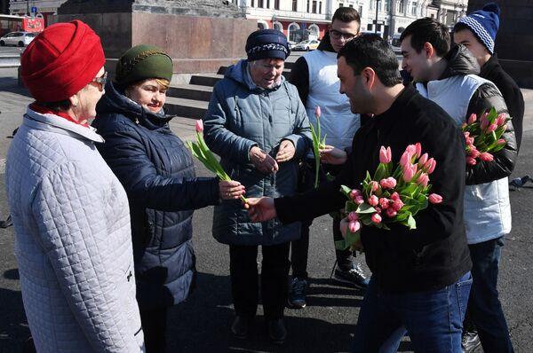 Волонтеры Молодой гвардии поздравляют женщин с праздником 8 марта в рамках общероссийской акции Вам, любимые! на центральной площади Владивостока