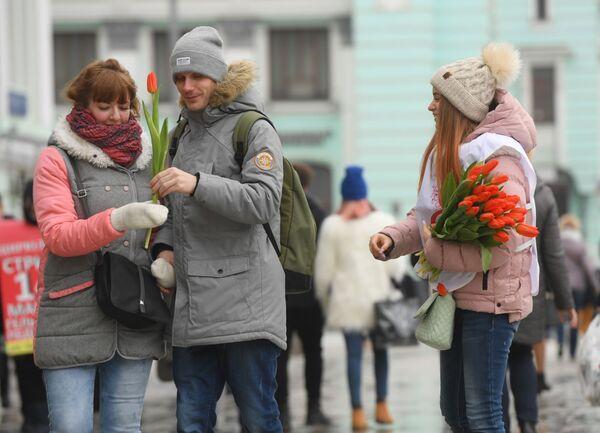 Волонтеры движения Мосволонтер в рамках добровольческой акции Вам, любимые! дарят цветы и поздравляют женщин с Международным женским днем на площади Белорусского вокзала в Москве