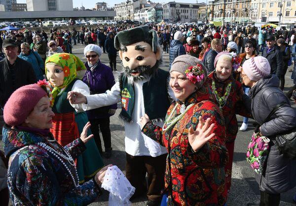 Участники празднования Широкой Масленицы на центральной площади во Владивостоке