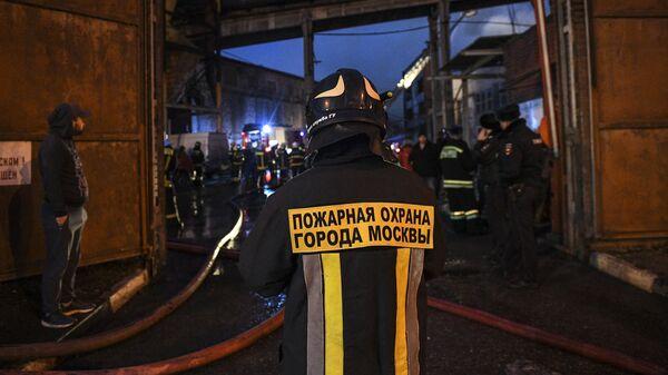 Сотрудники МЧС во время тушения пожара на складе лакокрасочных материалов на 1-й Магистральной улице в Москве. 10 марта 2019