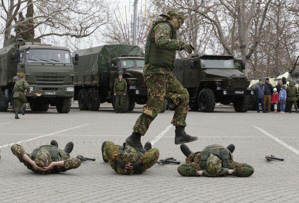Бойцы роты особого назначения во время показательных выступлений на площади Нахимова в Севастополе по случаю празднования 205-летия внутренних войск МВД РФ