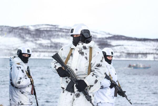 Участники второго этапа тактико-специальных учений войск национальной гвардии РФ в районах Крайнего Севера по особождению ледокола Росатомфлота Советский Союз в Мурманске