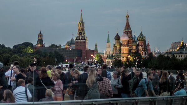 Посетители любуются видом на Кремль с территории природно-ландшафтного парка Зарядье в Москве