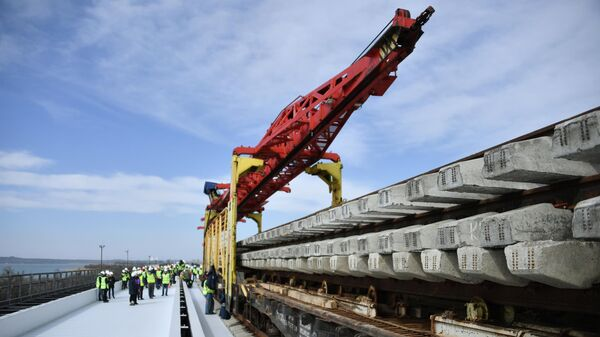 Укладка железнодорожного полотна при строительстве Крымского моста. Архивное фото