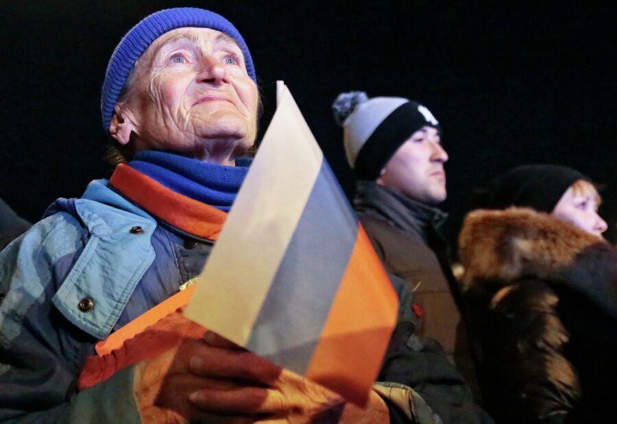 Пожилая жительница Симферополя на концерте Крым-Весна, который проходит на площади Ленина в центре города, в ожидании объявления итогов референдума о статусе Крыма