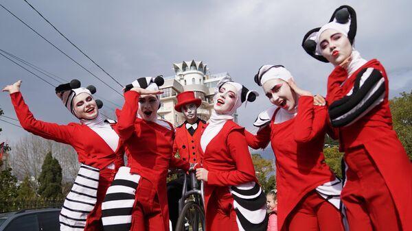 Артисты российского Союза уличных театров во время парада на Театральной площади в Сочи