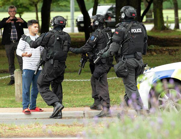 Сотрудники правоохранительных органов рядом с местом стрельбы в мечети города Крайстчерч, Новая Зеландия