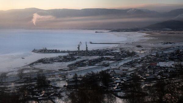 Вид на город Култук на берегу Байкала из вагона Кругобайкальской железной дороги