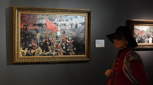 Посетительница возле картины Манифестация на выставке Ильи Репина в Третьяковской галерее на Крымском валу