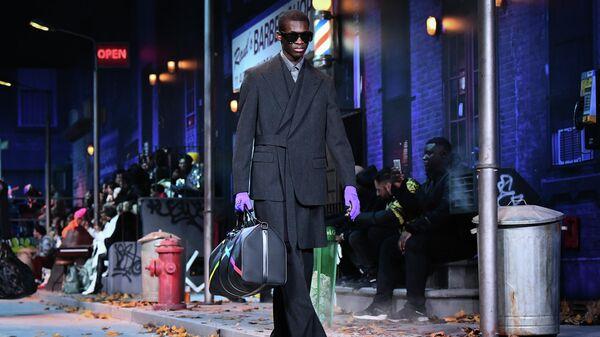 ff5655ea05d Показ мужской коллекции Louis Vuitton по мотивам костюмов певца Майкла  Джексона во время Недели моды в