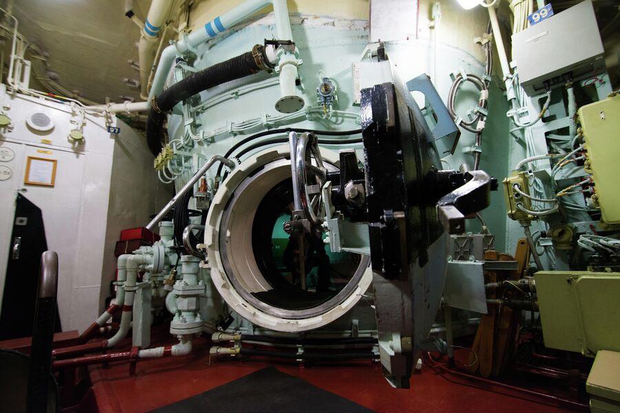 Вход в ВСК подводного крейсера Юрий Долгорукий