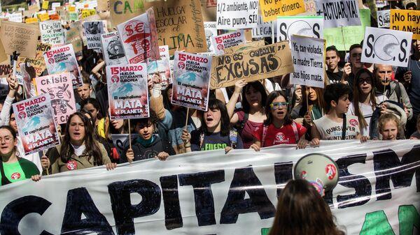 Участники акции Fridays For Future, требущей предпринять действия для защиты окружающей среды, в Мадриде у здания Конгресса депутатов. 15 марта 2019