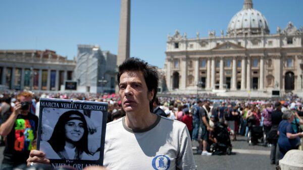 Брат пропавшей Эмануэлы Орланди с портретом сестры на площади Святого Петра в Ватикане