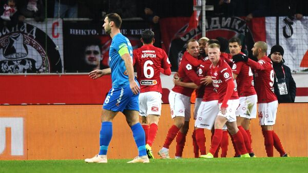 Футболисты Спартака радуются забитому мячу в ворота Зенита
