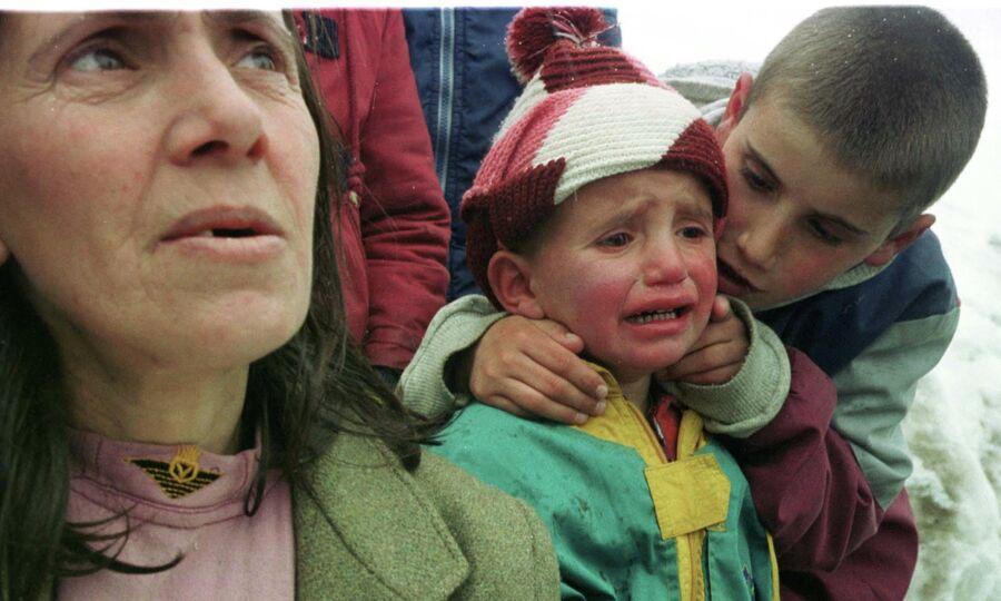 Беженцы из города Печ двигаются в сторону черногорской границы. 31 марта 1999