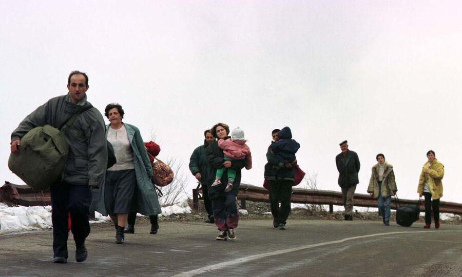 Беженцы из города Печ двигаются в сторону черногорской границы. 29 марта 1999