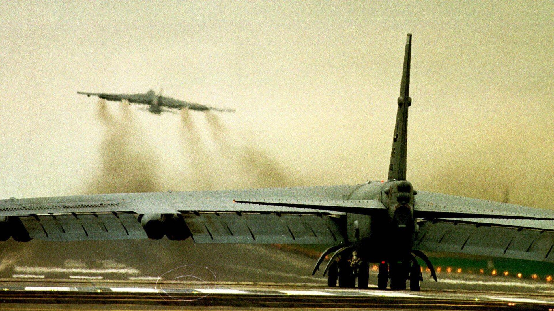 Бомбардировщик ВВС США В52 на авиабазе в Фэрфорде. 29 марта 1999 - РИА Новости, 1920, 24.03.2019