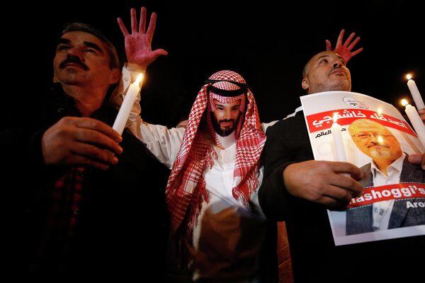 Демонстрант, переодетый наследным принцем Саудовской Аравии с кровью на руках, около посольства Саудовской Аравии в Стамбуле требует справедливости в отношении пропавшего саудовского журналиста Джамаля Хашукджи