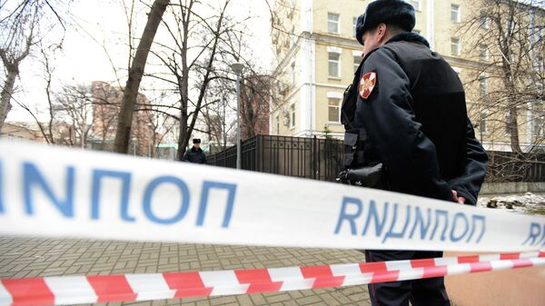 Полицейский на месте обнаружения тела мужчины на улице Большая Полянка в Москве. 19 марта 2019